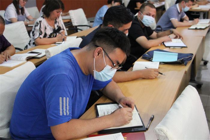 拜城县纪检监察战线的青年干部利用学习时间,梳理案情,揣摩研究调查方案时的场景。(谢大伟 摄).jpg
