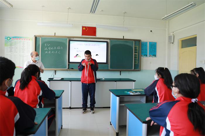 图六:新和县第二中学老师与学生进行互动,在互动中感受科技的力量。(李旭 摄).jpg